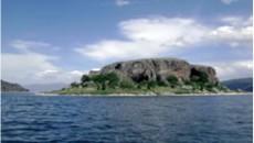 """Од Фатос Баџаку  На страна од езерото """"со дух"""" Сува Гора навистина го заслужува името кое го има. Подгорена од силното сонце изгледа како еден победен џин од топлината […]"""