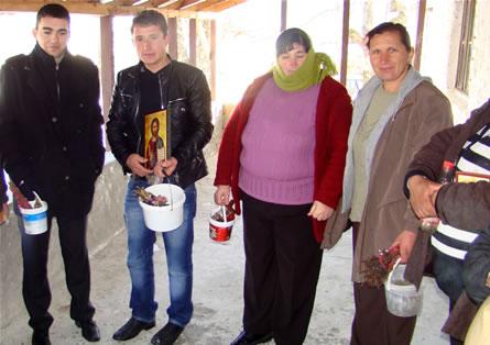 """Црква """"Св.Димитрија"""", Горна Горица, Мала Преспа во исчекување на попот да ја освети водата"""