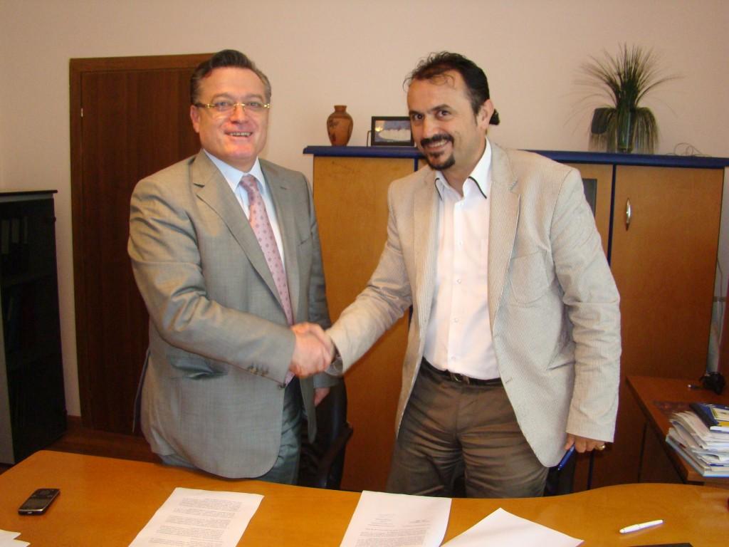 Потпишување на договорот за коалиција помеѓу Ридван Боде, генерален секретар на Демократска партија и Едмонд Темелко, претседател на Македонска алијанса