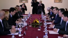 Официјални претставници од Албанија, Македонија и Косово се состанаа во Охрид за да им дадат поттик на проектите за транспортната инфраструктура. [Mики Трајковски/SETimes] Aлбанија, Македонија и Косово работат на проекти […]