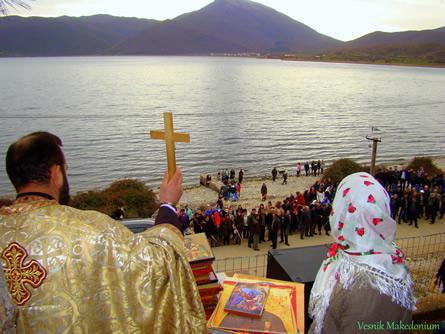 Отец Алексо во Пустец за време на литургијата
