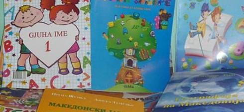 И оваа учебна година, повеќе од 160 ученици од основно и средно образование во општина Пустец немаат учебници на македонски јазик. Половина од учебниците не се испечатени и преведени, додека...